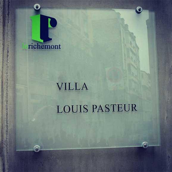 Papan nama Villa Louis Pasteur Buku Kuantum Shah Ibrahim