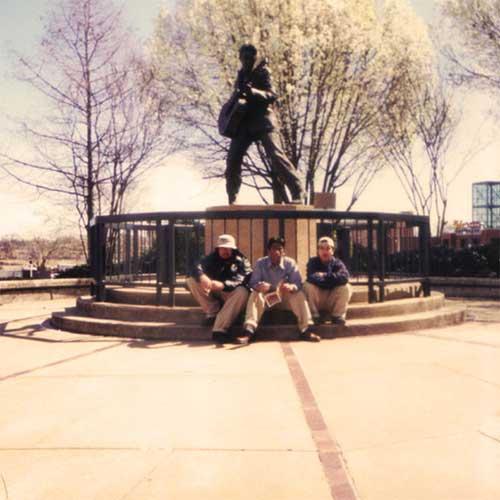 Budak Meja Belakang Pax Americana Tugu Elvis di Memphis Tennessee 500X